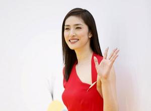 赤色ドレスを着ている天海祐希
